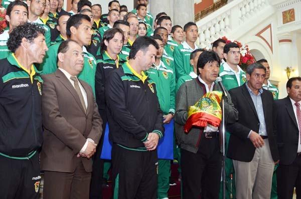 El presidente Morales entrega la tricolor al Dt. de la selección. (Foto: ABI)