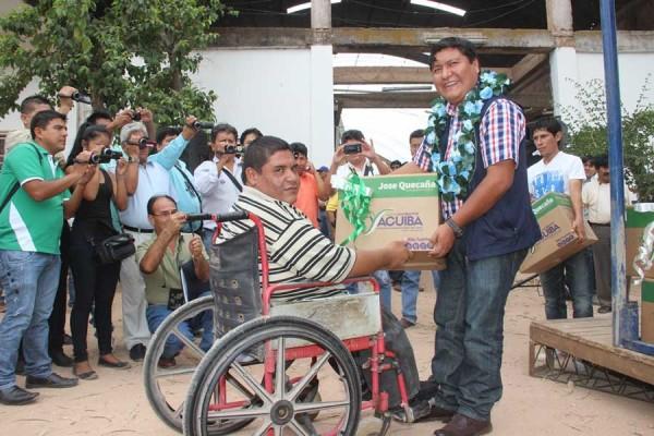 El subgobernador entrega el primer paquete. (Foto: Agencias)