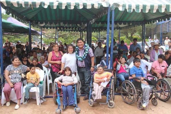 El subgobernador entrega los paquetes a las personas con discapacidad. (Foto: Agencias)