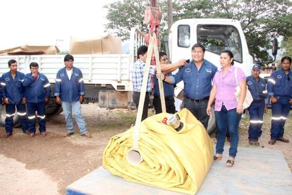 El subgobernador entrega un tanque flexible a las Mujeres Productoras Organizadas. (Foto. Agencias)