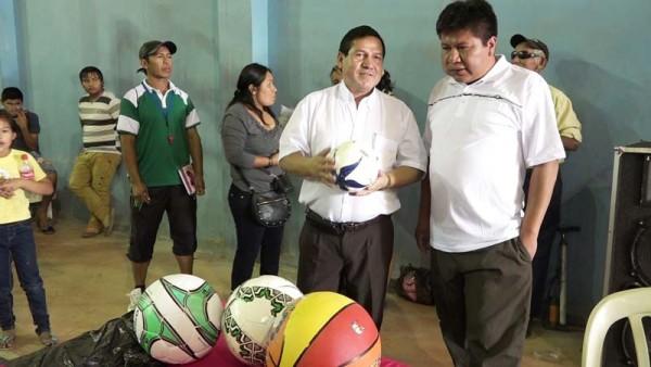 Entrega del material deportivo a los equipos participantes (Foto: Armando Vaca)