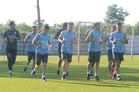 La selección charrua entrena en Santa Cruz. (Foto: eldia.com.bo)