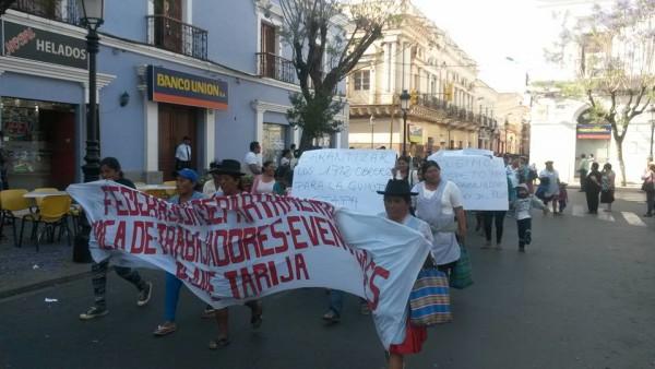 Marcha de trabajadoras del PEU-P en Tarija. (Foto: Andrés Aguirre)