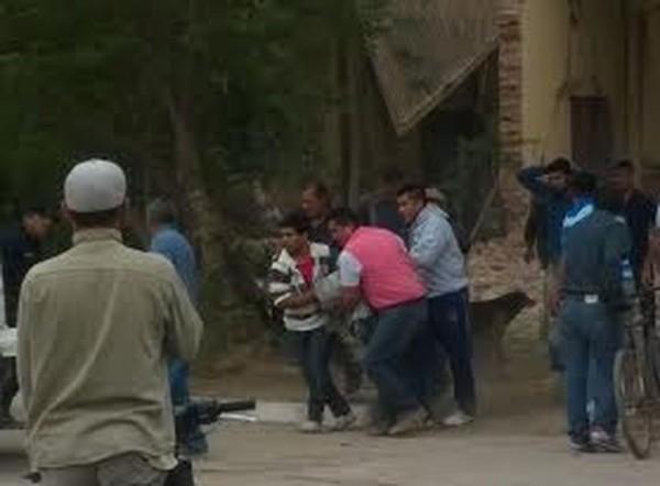 Vecinos sacan a la mujer fallecida desde los escombros de su vivienda. (Foto: El Tribuno)
