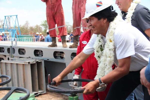 Evo Morales abrió la válvula del pozo Dorado Oeste-X1001. (Foto: ABI)