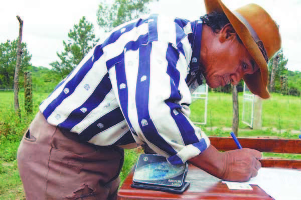 Comunario de Pucahuasi firma acuerdo que le permite recibir incentivos de conservación de bosques. (Foto: Katia Garrido de Fundación Natura Bolivia)