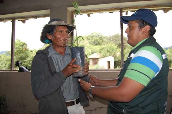 Alcalde hace entrega de incentivo a beneficiario ARA. (Foto: Katia Garrido de Fundación Natura Bolivia)