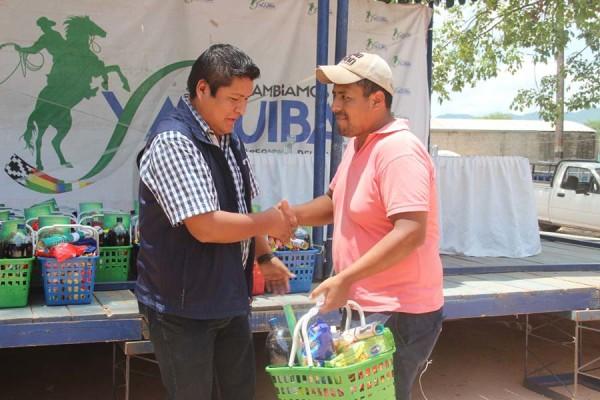 José Quecaña entrega presentes a dirigentes de barrios y organizaciones. (Foto: Agencias)