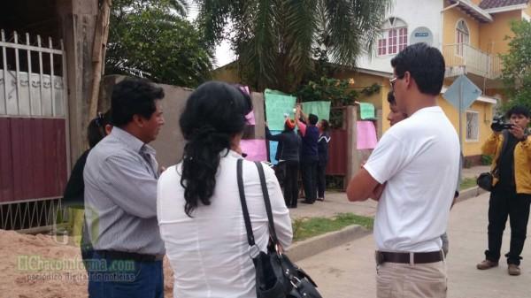 Los marchistas colocan carteles en puertas de la empreza Urizar. (Foto: elchacoinforma.com)
