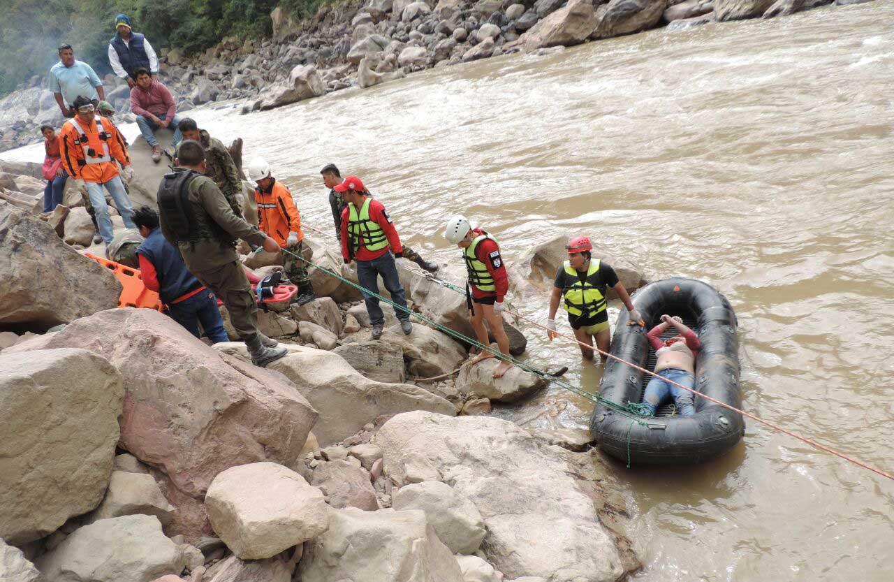 TRAGEDIA. Los rescatistas sacan uno de los cuerpos sin vida del automóvil. (Foto: WhatsApp)