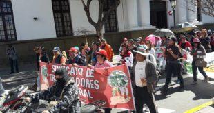 TRABAJADORES DE TARIJA CUMPLIERON TERCER DÍA DE PARO CON BLOQUEOS Y UNA MARCHA
