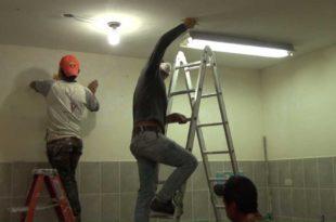 Cambio de focos, chapas de las puertas, entre otros, son los trabajos que se realiza en los nueve establecimientos. (Foto: Agencias)