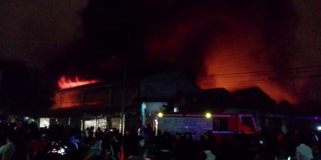 Un incendio de magnitud consumió gran parte del mercado Campesino de Yacuiba. (Foto: elchacoinforma.com)
