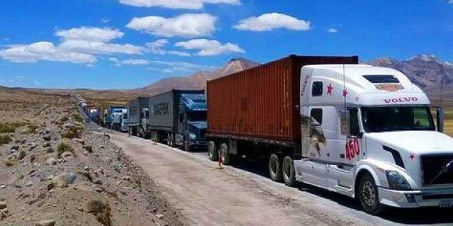 Unos 2 mil camiones con carga boliviana continúan varados en la frontera con Chile. (Foto: ABI)