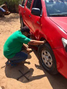 PINCHAZOS. Vehículo de la subgobernación que sufrió el pinchazo de neumáticos. (Foto Gentileza)
