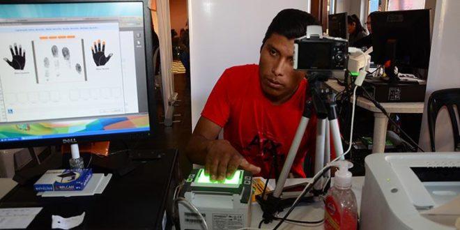 Un funcionario del Órgano Electoral realiza el registro biométrico a un ciudadano de Cochabamba, en 2015. (Foto: Los Tiempos - José Rocha)