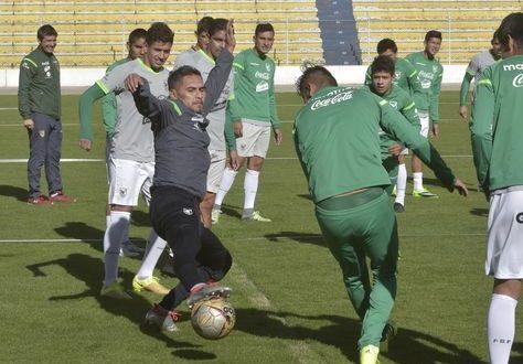 Jugadores de Bolivia durante el entrenamiento del sábado en el estadio Siles. (Foto: La Razón)