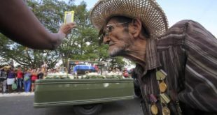 LOS CUBANOS DESPIDEN A FIDEL Y ESPERAN QUE EL PAÍS NO CAMBIE