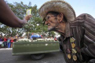 LUCHARON JUNTOS. Guillermo Cádiz (82) despide a su compañero. (Foto: Reuters)