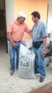 Miguel Gallardo hace entrega de la semilla. (Foto: elchacoinforma.com)