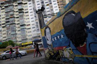Un mural pintado con las imágenes de Bolívar y Maduro fue repintado de color negro sobre el rostro del Presidente. (Foto: Reuters)