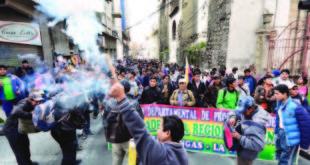 COCALEROS CERCAN A LA ASAMBLEA LEGISLATIVA PLURINACIONAL, RECHAZAN PROYECTO DE LEY DE COCA