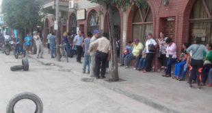 OTRA VEZ HAY PARO EN SALVADOR MAZZA: MUNICIPALES RECLAMAN EL PAGO DEL BONO NAVIDEÑO