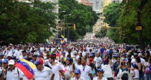 OPOSITORES MARCHAN EN SILENCIO EN VENEZUELA EXIGIENDO JUSTICIA POR MUERTES EN PROTESTAS