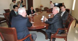Costas se reúne con Brennan en medio de protestas de asambleístas