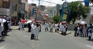 Médicos plantean al Gobierno reunirse hoy en el Arzobispado de La Paz