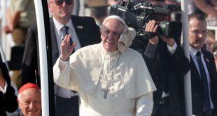 Chile: El papa Francisco fue golpeado con un periódico