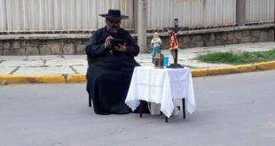 La imagen del sacerdote que bloquea en Cochabamba, se viraliza en las redes