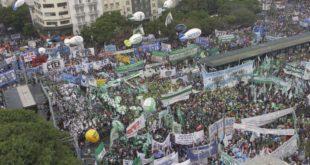 Argentina: Multitudinaria marcha sindical contra políticas de Mauricio Macri